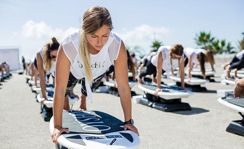 La marque de sous-vêtements Oysho a fait découvrir, en face de la tour Eiffel, le surf set fitness aux parisiennes